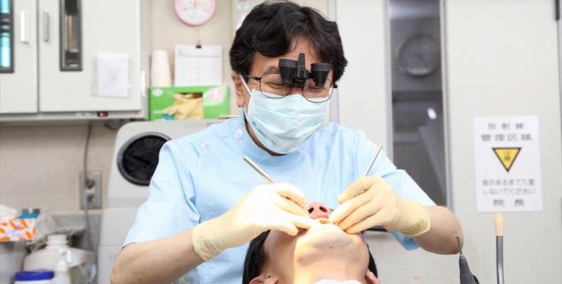 口の中の細菌をこそげ落として、虫歯や歯周病を防ぐ
